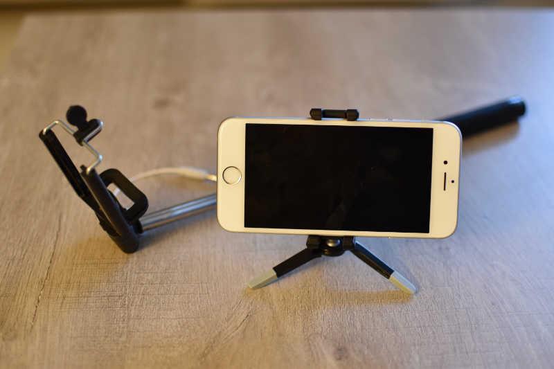 Un iPhone avec sa perche à selfy