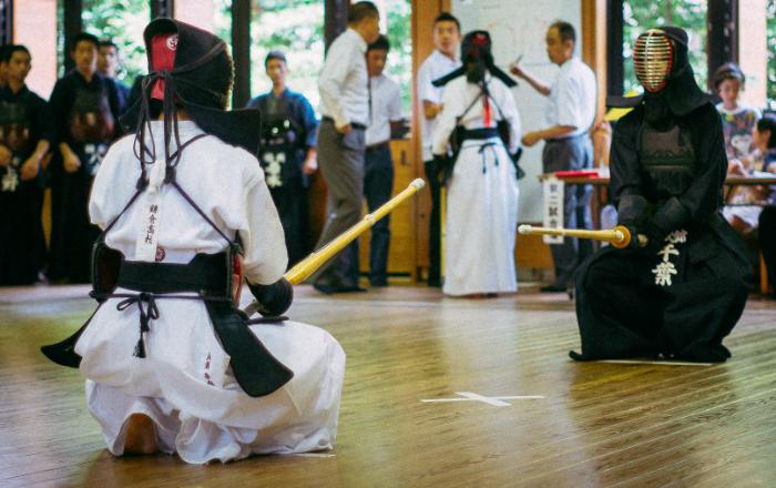 Au Kendo le combattant doit garder la bonne posture et porter ses coups avec détermination