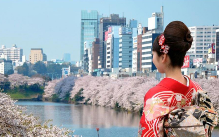 Geisha devant gratte-ciel