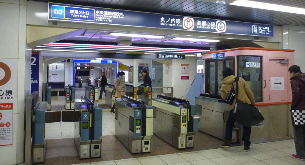 Accéder au quai du métro à Tokyo