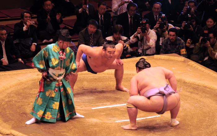 Pour les Japonais, les lutteurs qui pratiquent le sumo sont vus tels des demi-dieux