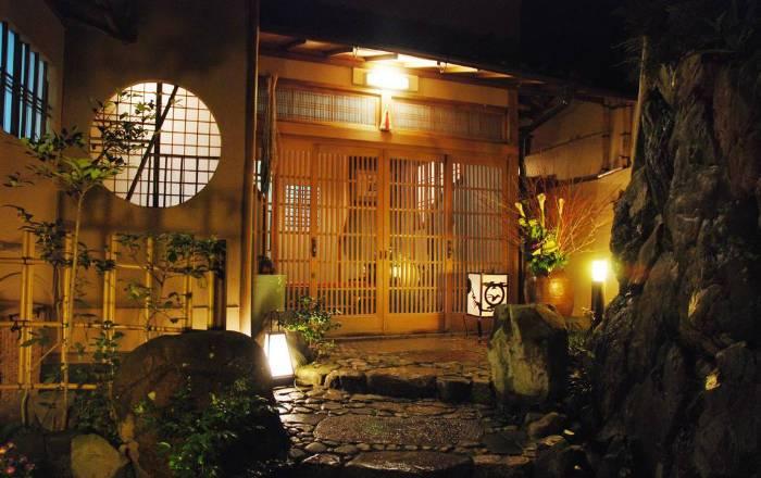 Superbe jardin à l'entrée du Ryokan Yadoya Manjiro