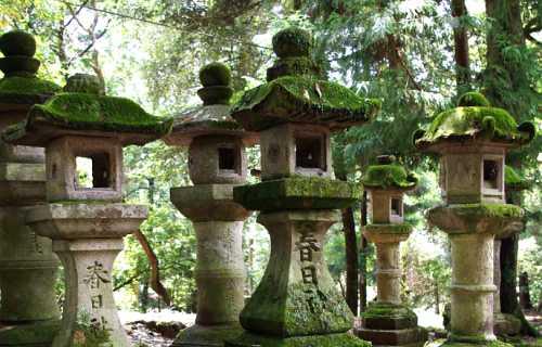 Lanternes japonaises ou Toro et leur utilisation dans les jardins japonais