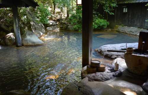 Se baigner dans un Onsen ou un Sento