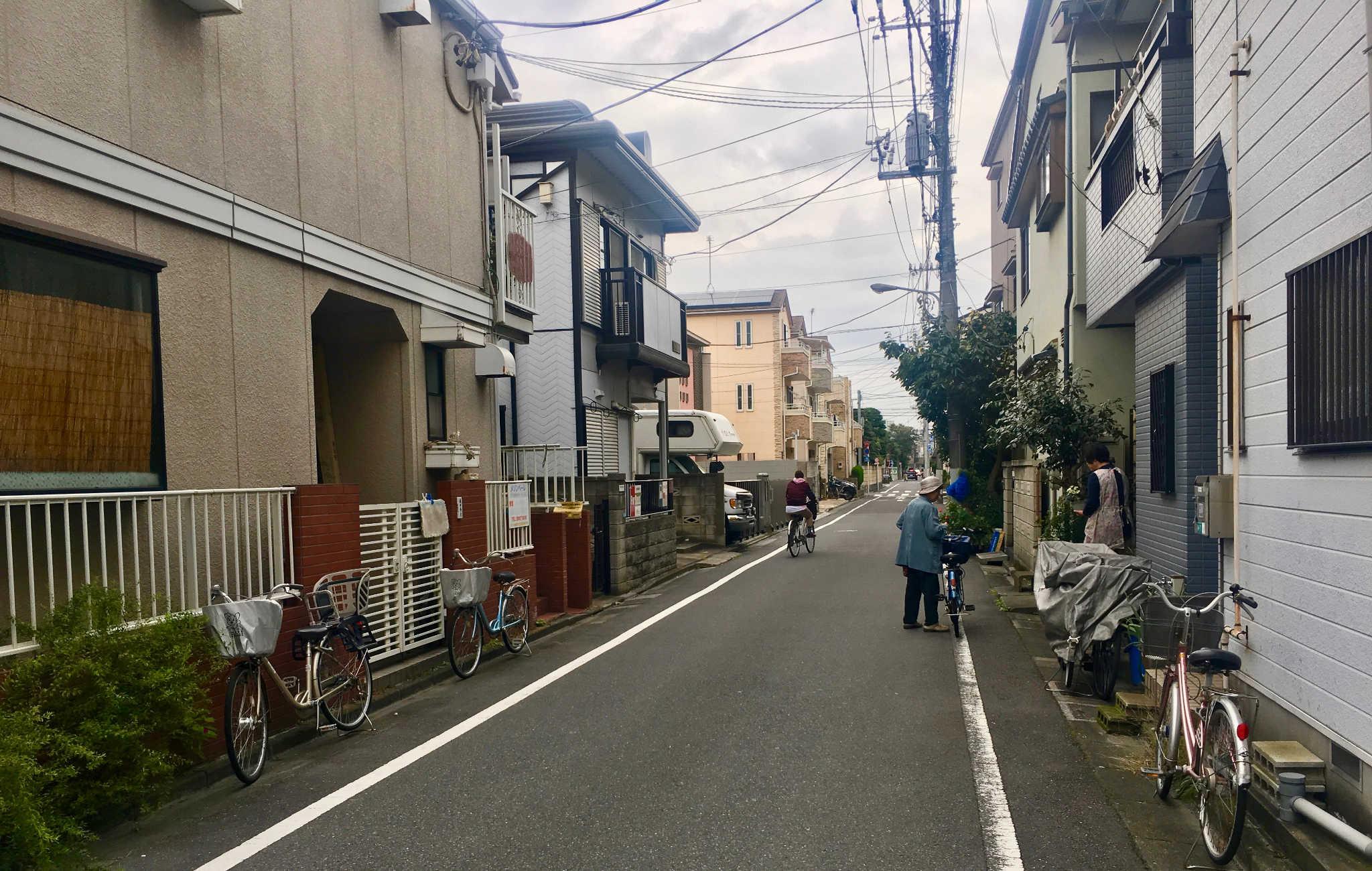 Rue calme de la banlieu de Tokyo