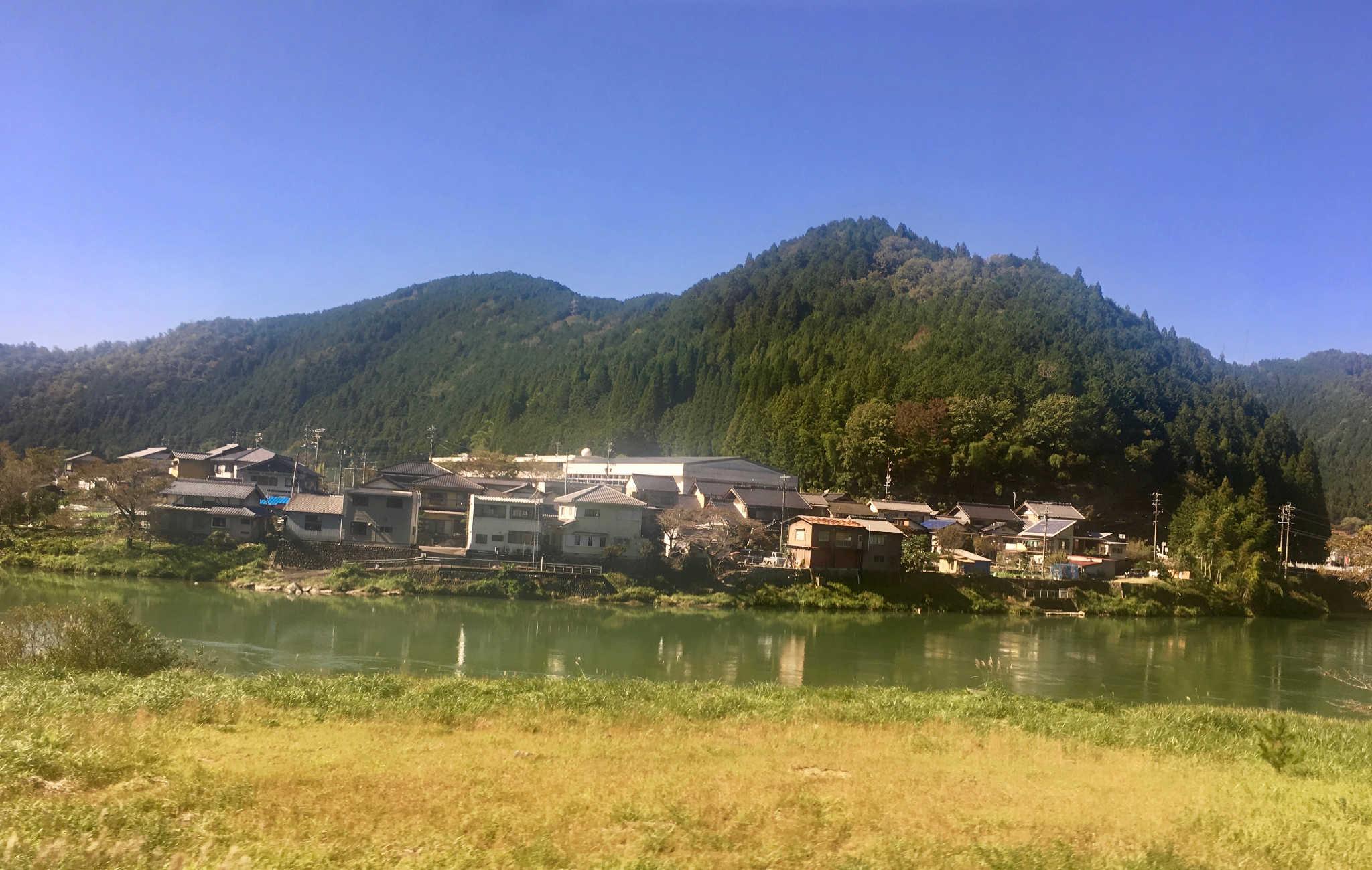 Petit village au pied des montages