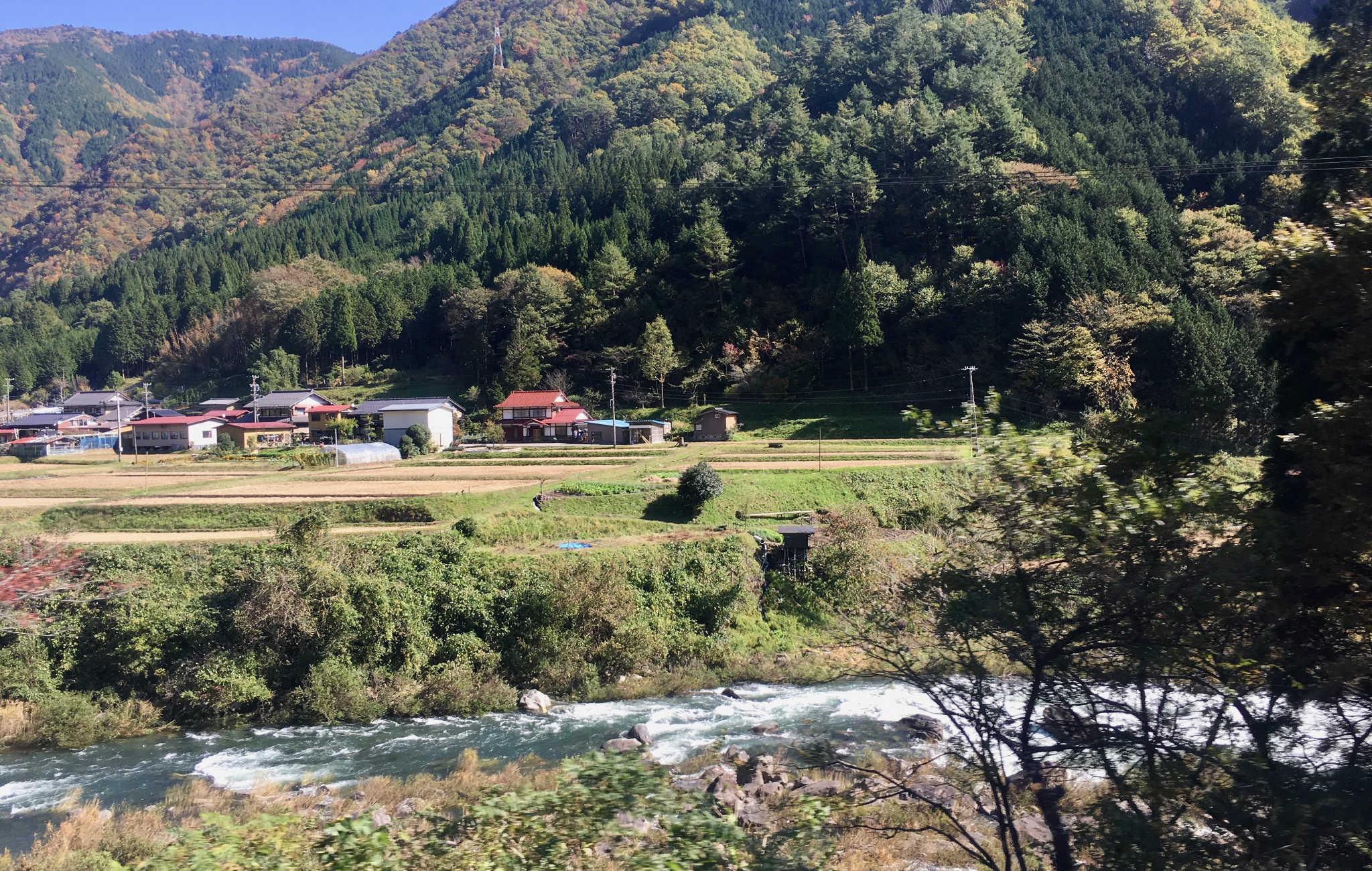 La campagne de Gifu, avec rivière et montagnes en fond