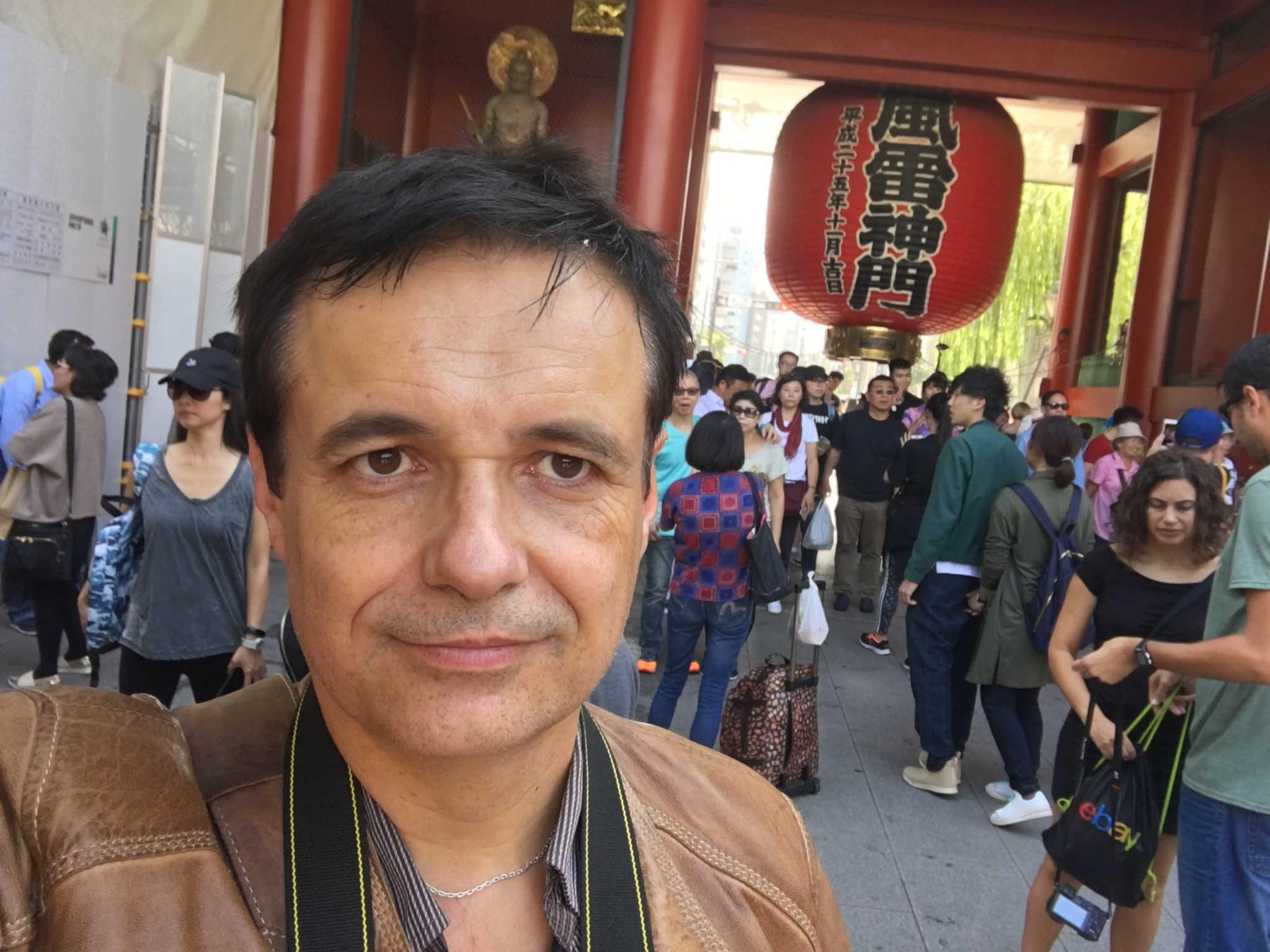 Moi devant l'énorme lanterne au niveau de l'entrée principale