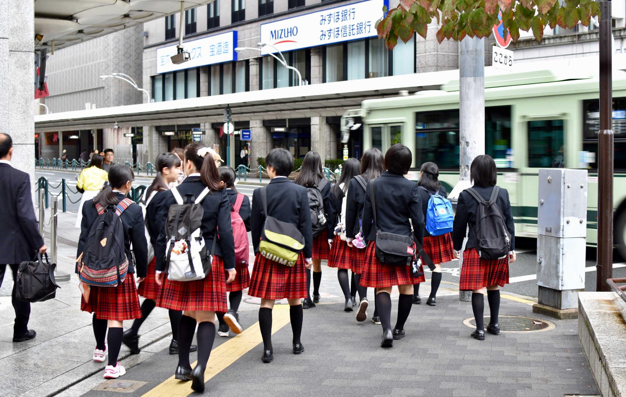 Le matin, de nombreux écoliers en uniforme partent en groupe vers leur école