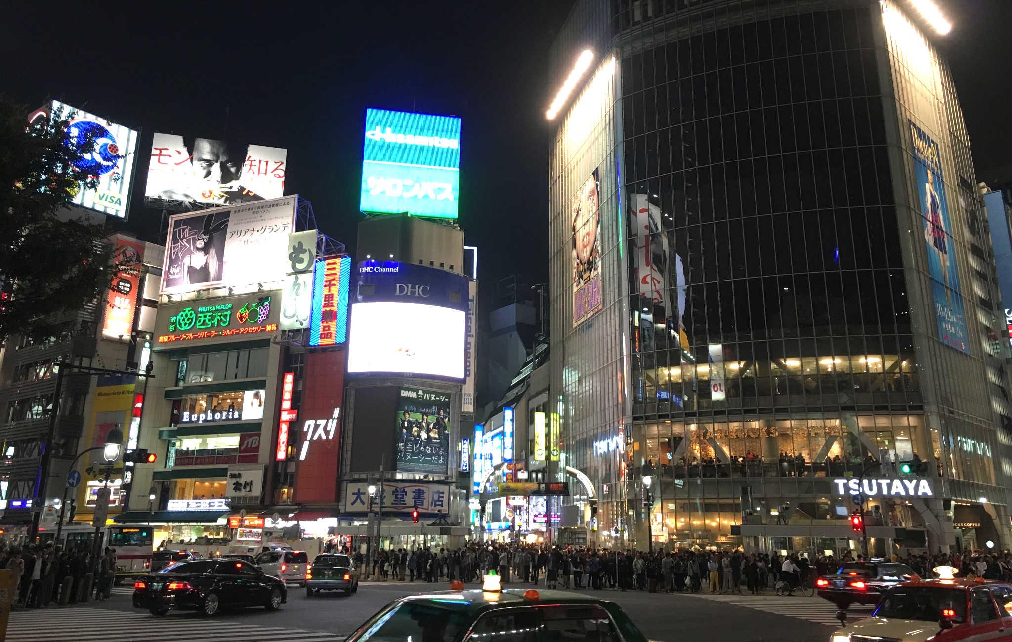 Au carrefour de Shibuya à Tokyo, une foule importante attend que le feu passe au vert