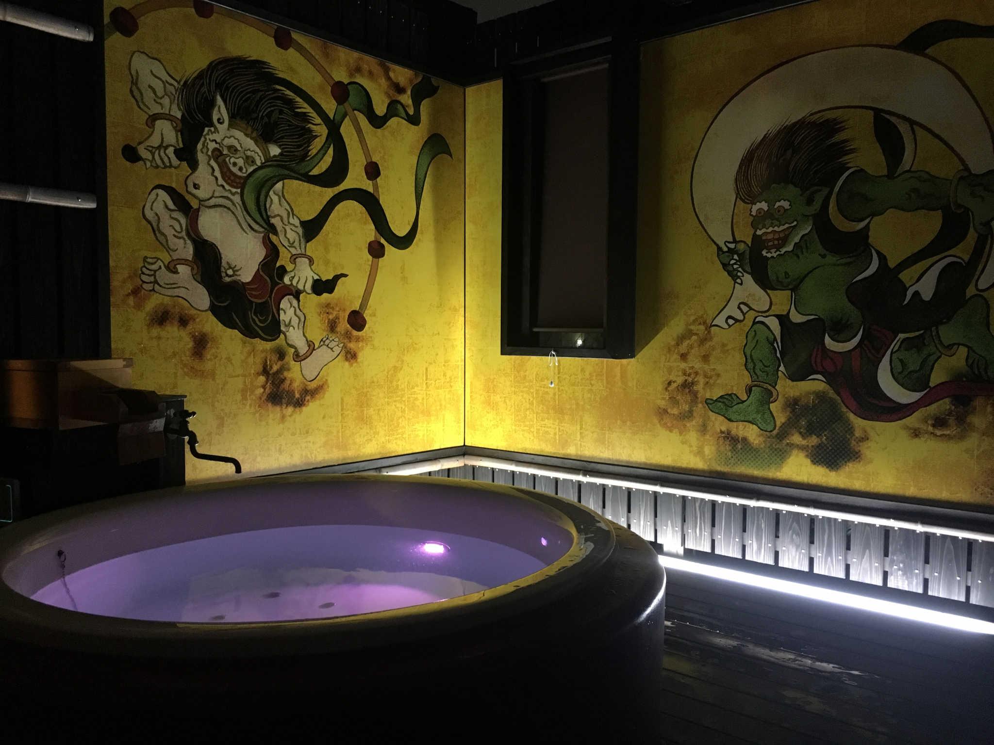 Un bain chaud à ciel ouvert, dans une décoration zen et insolite