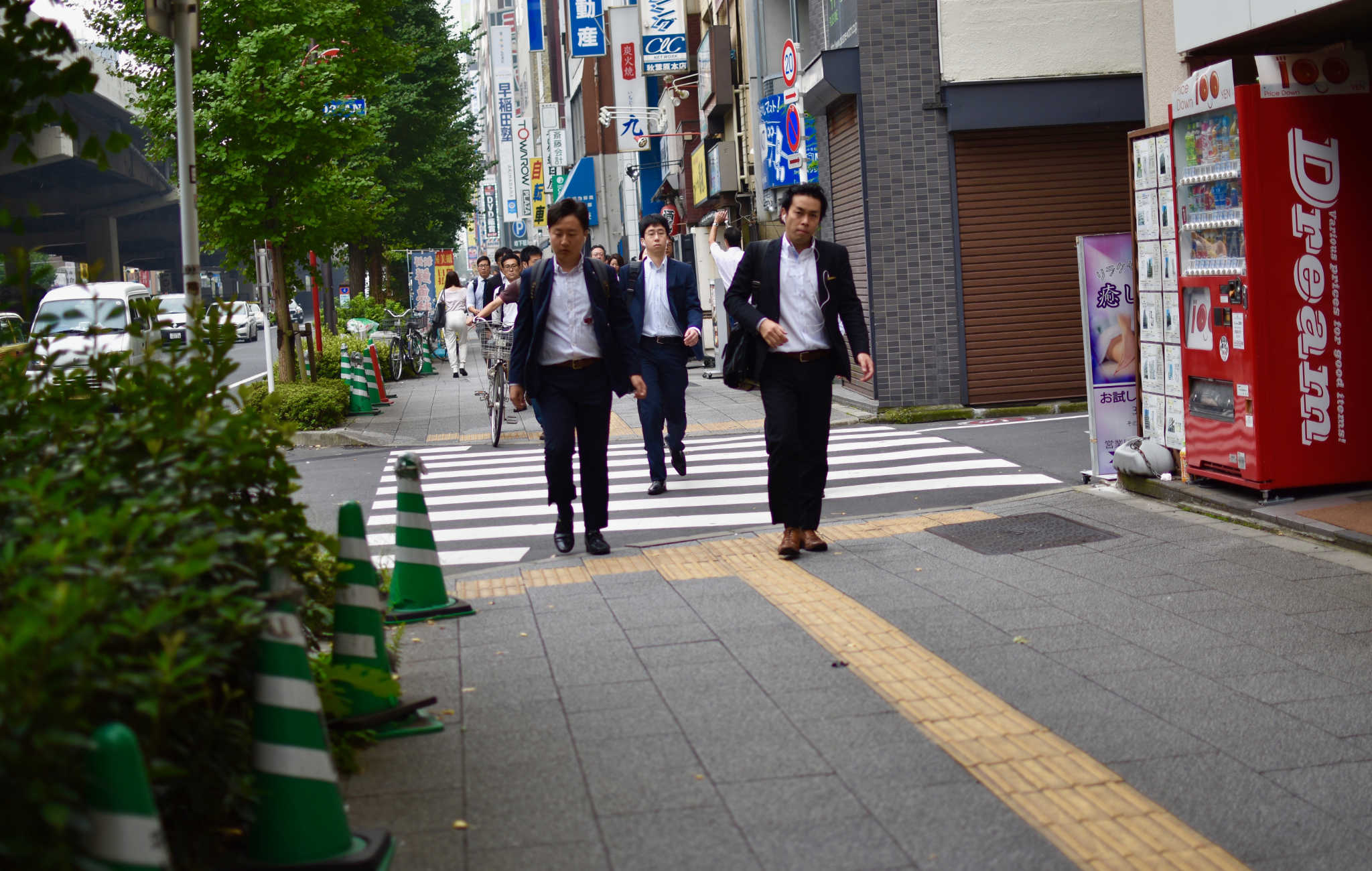 Salarymen partant au travail