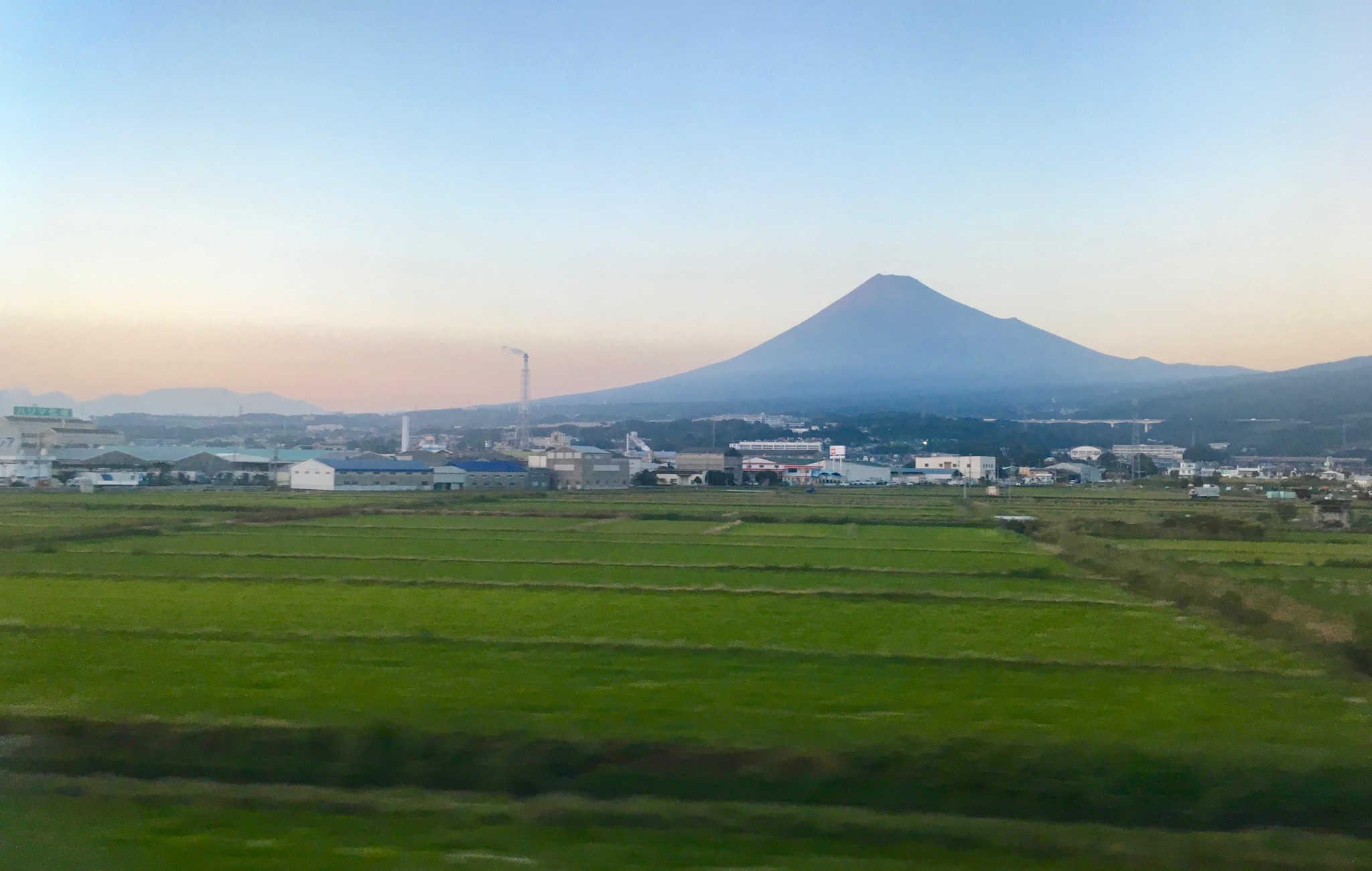 Vue sur le Mont Fuji depuis le Shinkansen en direction de Tokyo
