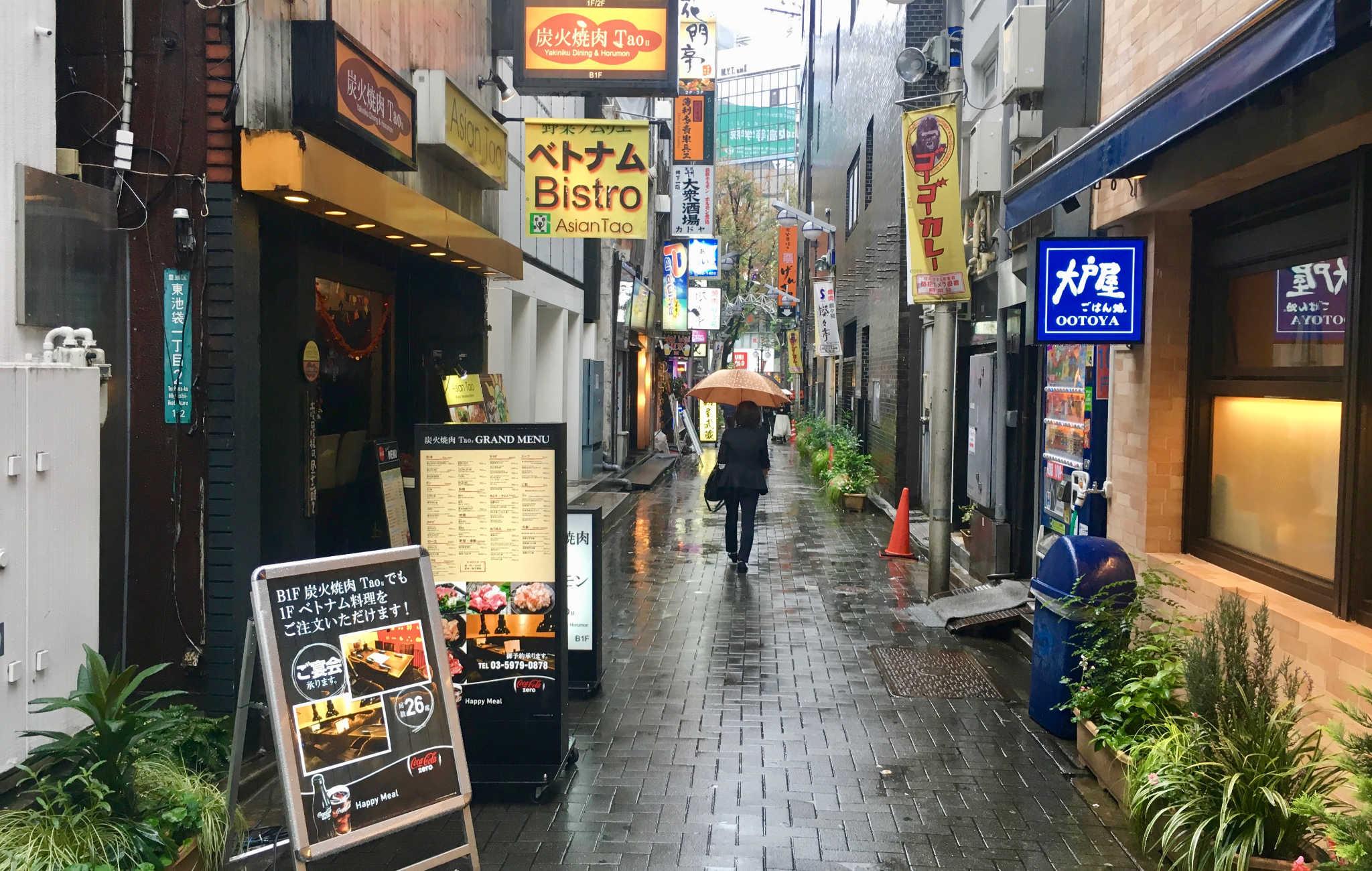 Petite ruelle sous la pluie dans le quartier de Ikebukuro