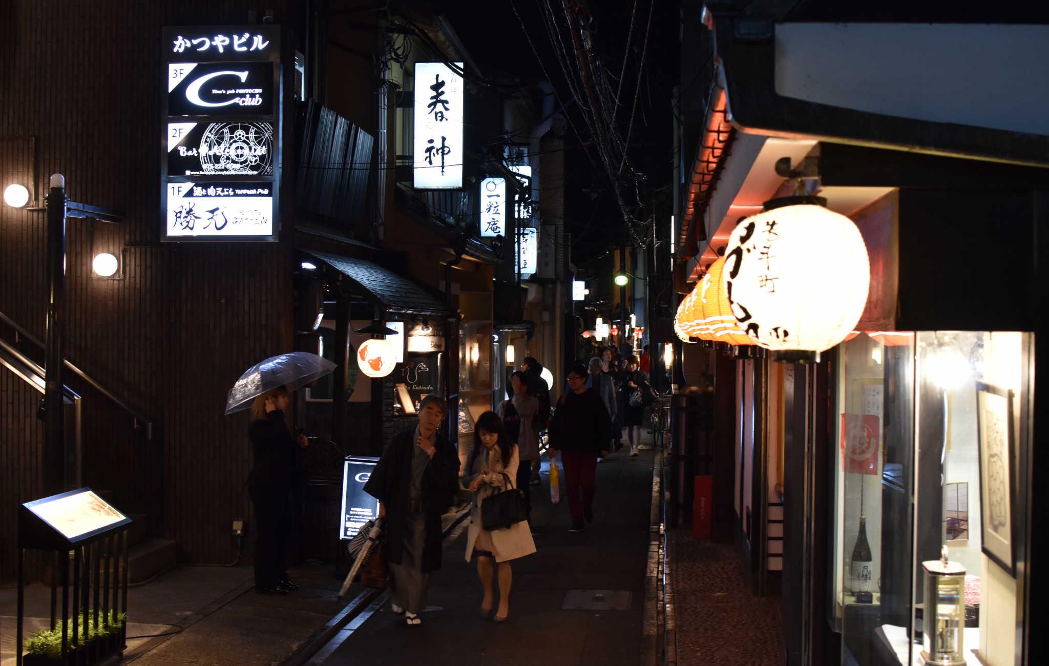 Le soir, tous les restaurants de Pontocho sont ouverts et les touristes s'y pressent