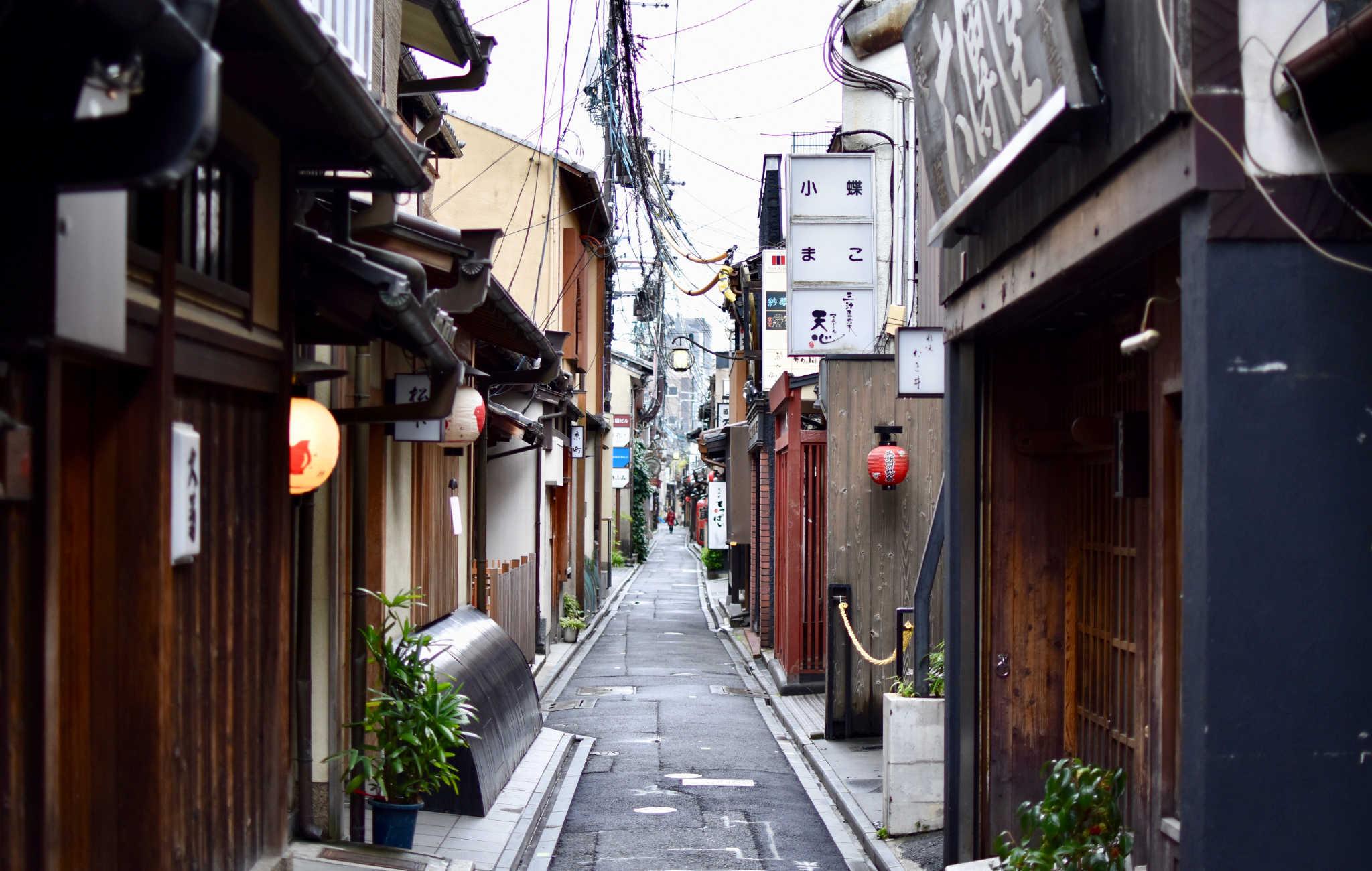 Le matin, cette petite rue est très calme