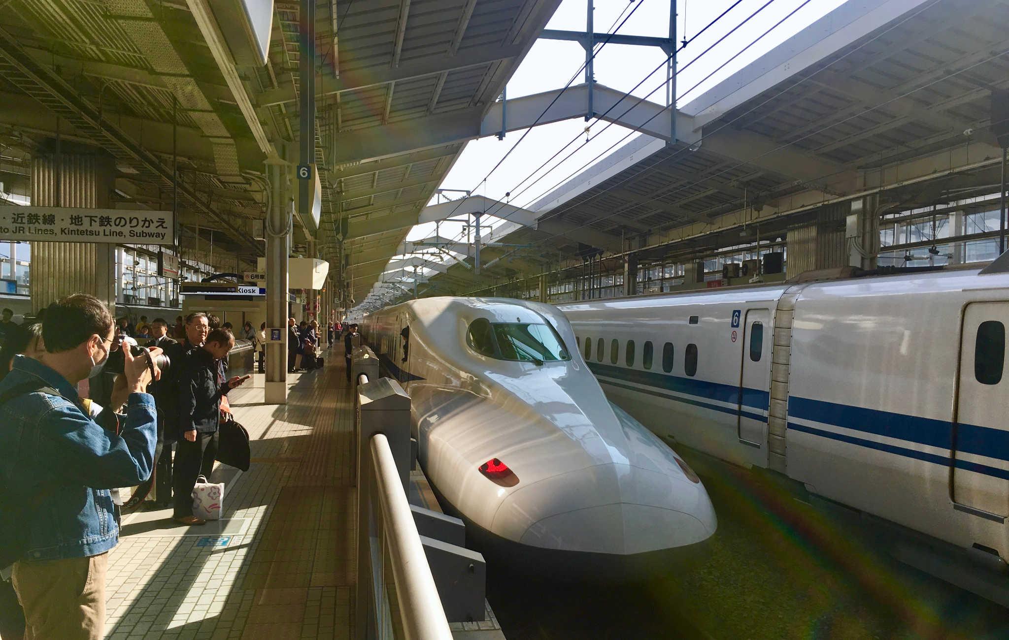 Le Shinkansen avec son profil très allongé à quai dans la gare de Kyoto