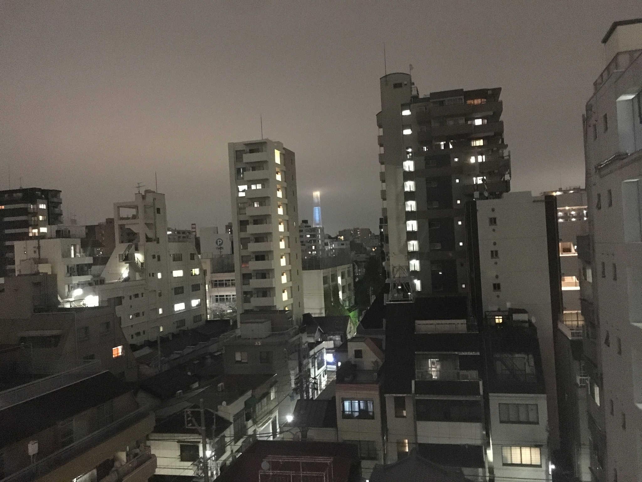Vue sur la Tokyo Sky Tree depuis la petite fenêtre