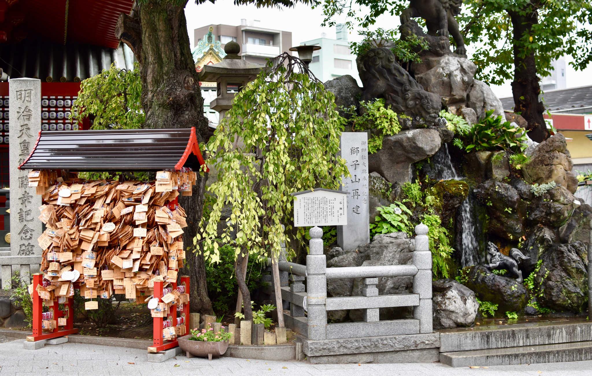 Les plaquettes de bois sont suspendues sur un support dans un coin du sanctuaire ou du temple