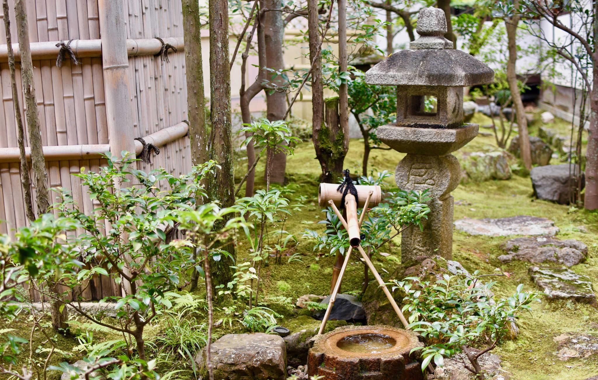 Lanterne, tsukabai et shishi odashi dans le jardin de Ninna-ji
