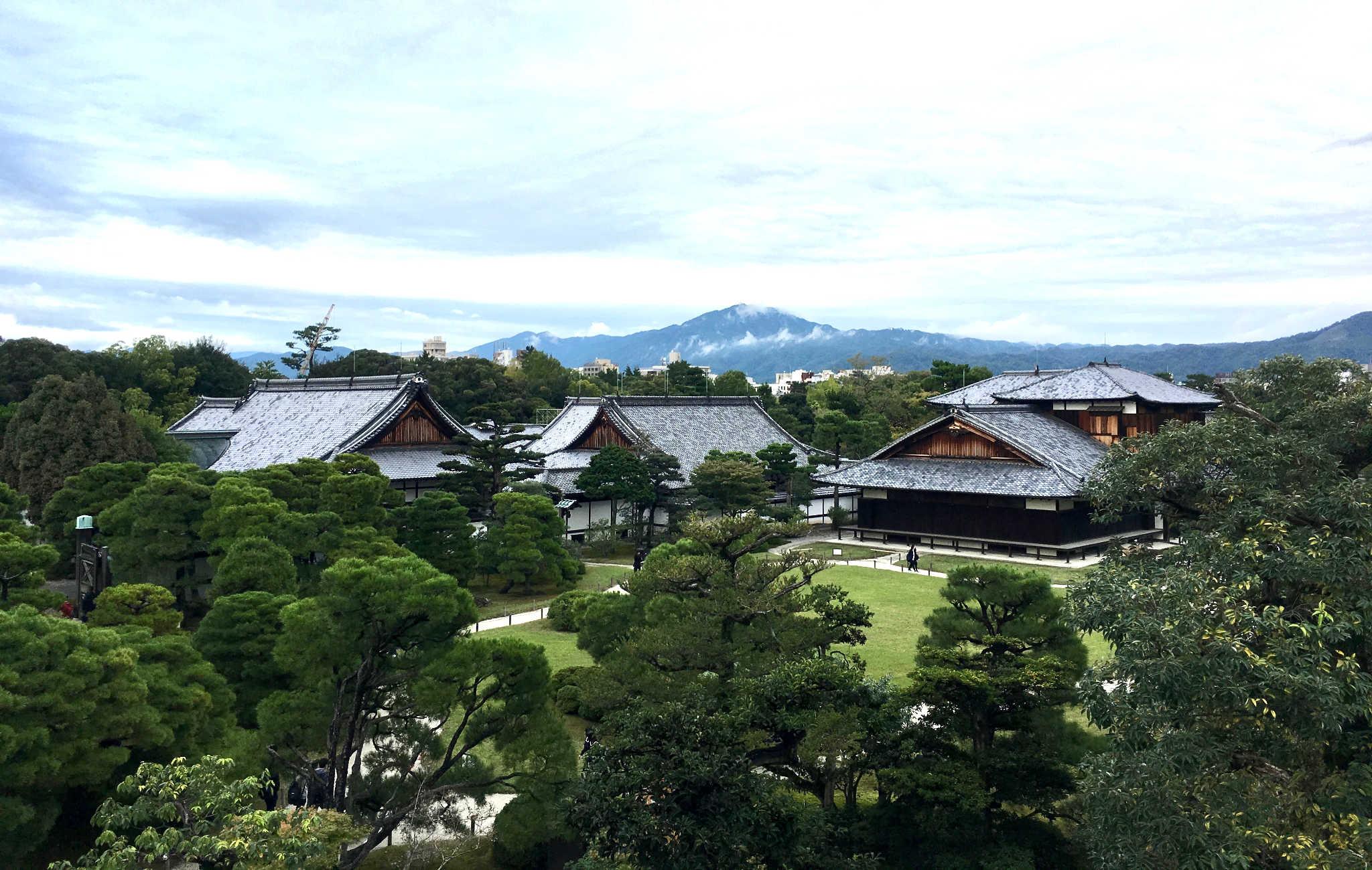 Du point le plus haut, vue sur les jardins et Kyoto au loin