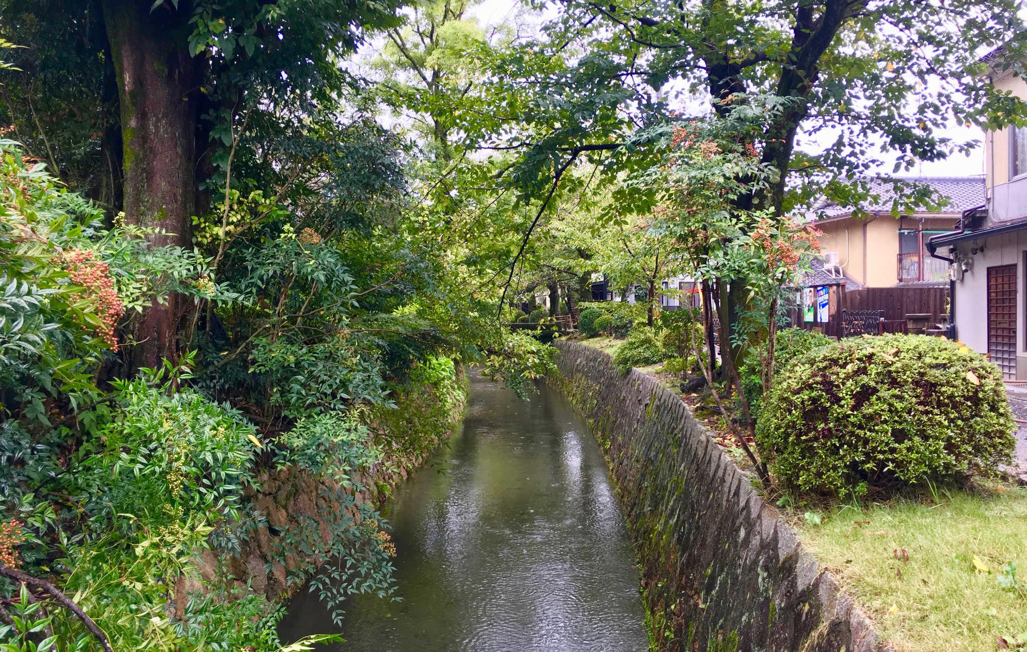 De nombreuses maisons traditionnelles japonaises sont construites le long du canal
