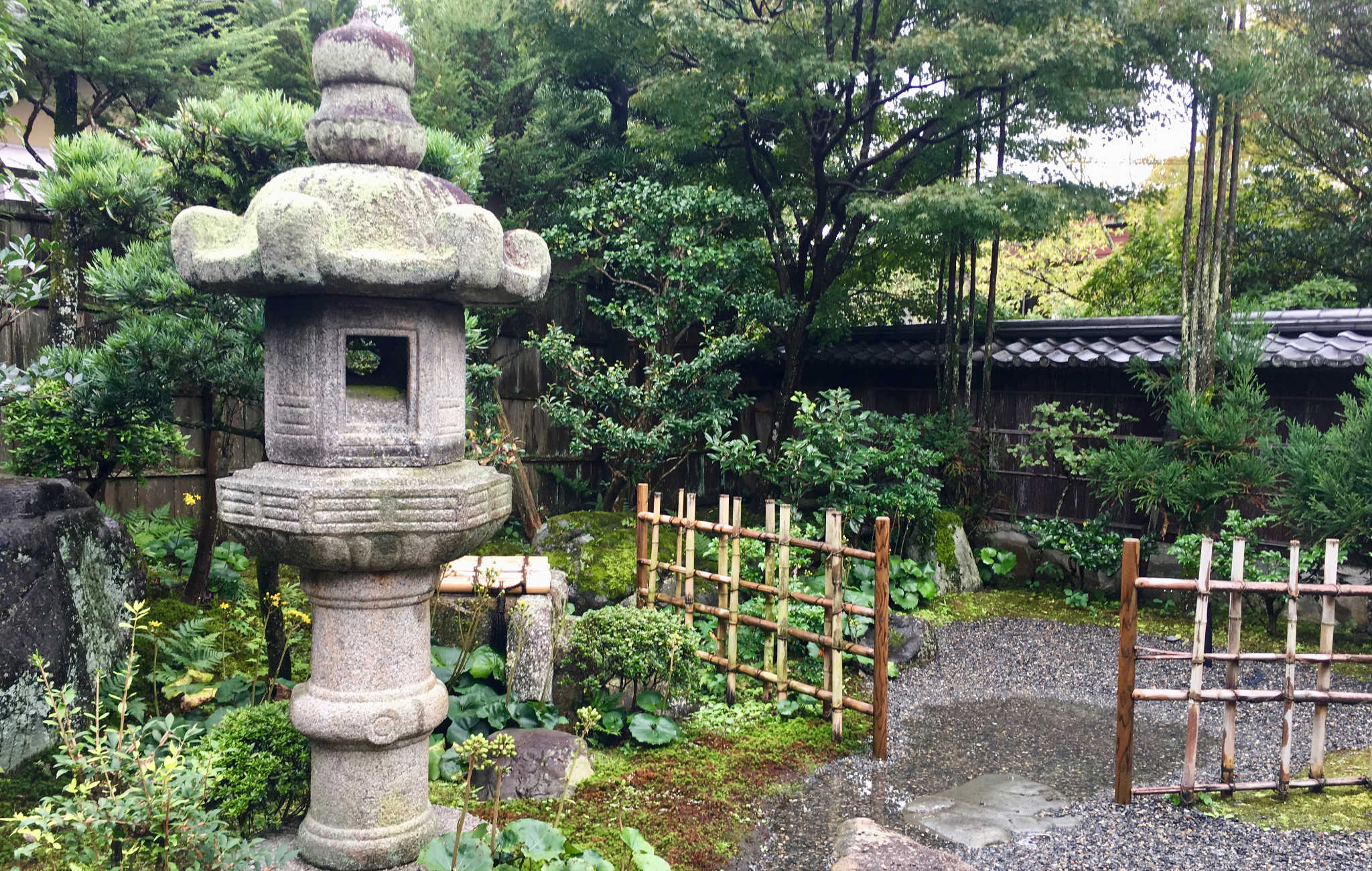 Grande lanterne en bordure d'un temple