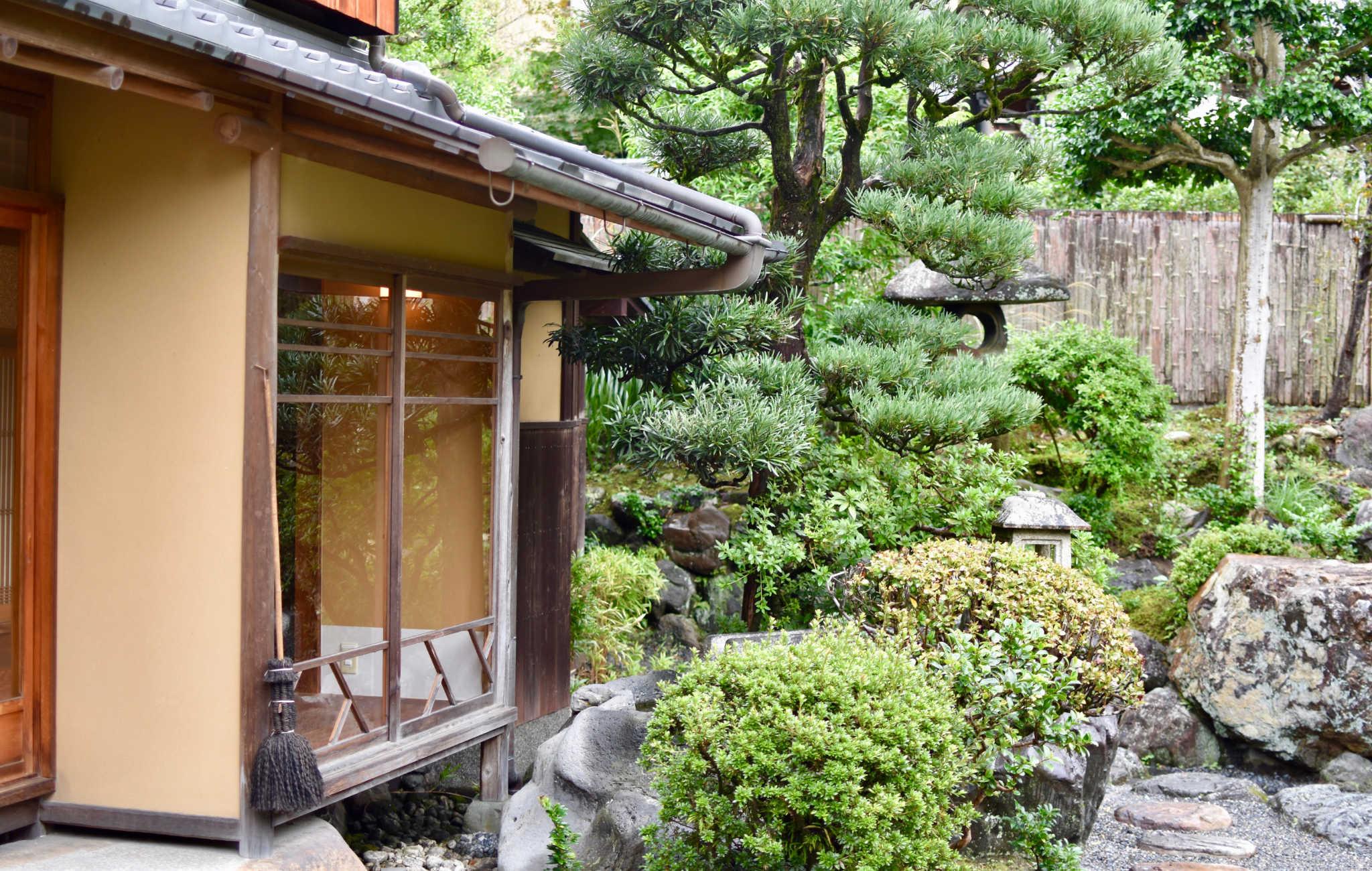 Face à la maison de thé, un superbe jardin typiquement japonais