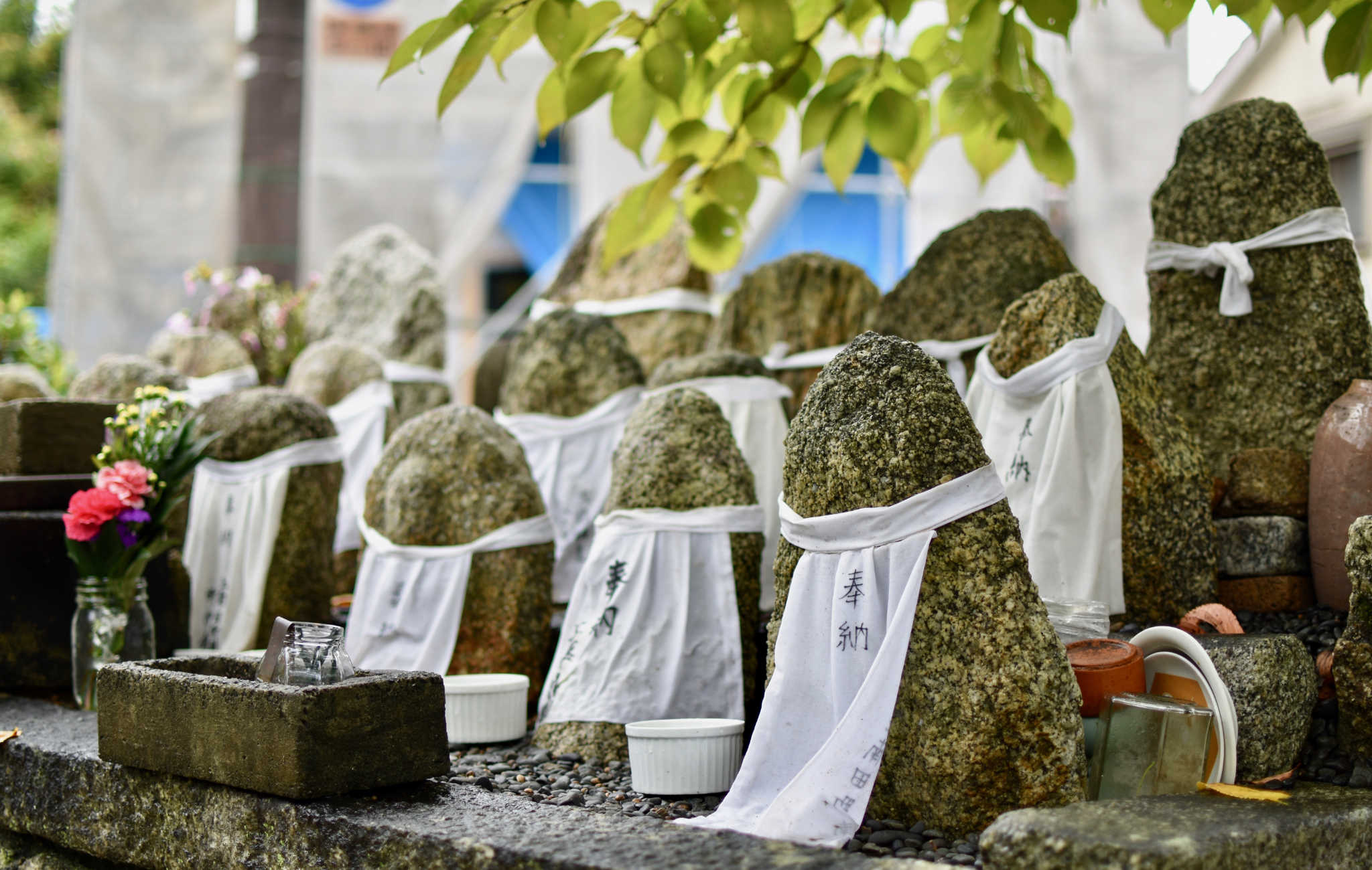 Au détour du chemin, un autel avec de petites statues de pierre
