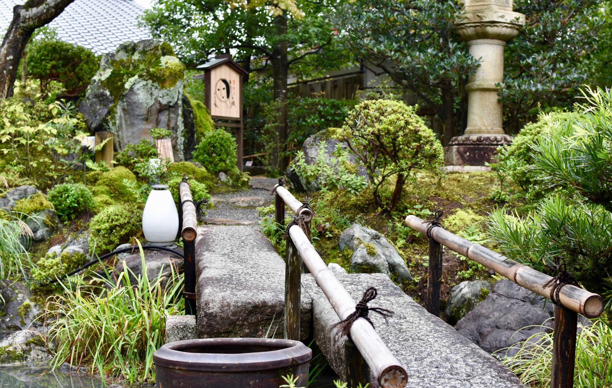 La promenade se fait en traversant de petits ponts de pierre