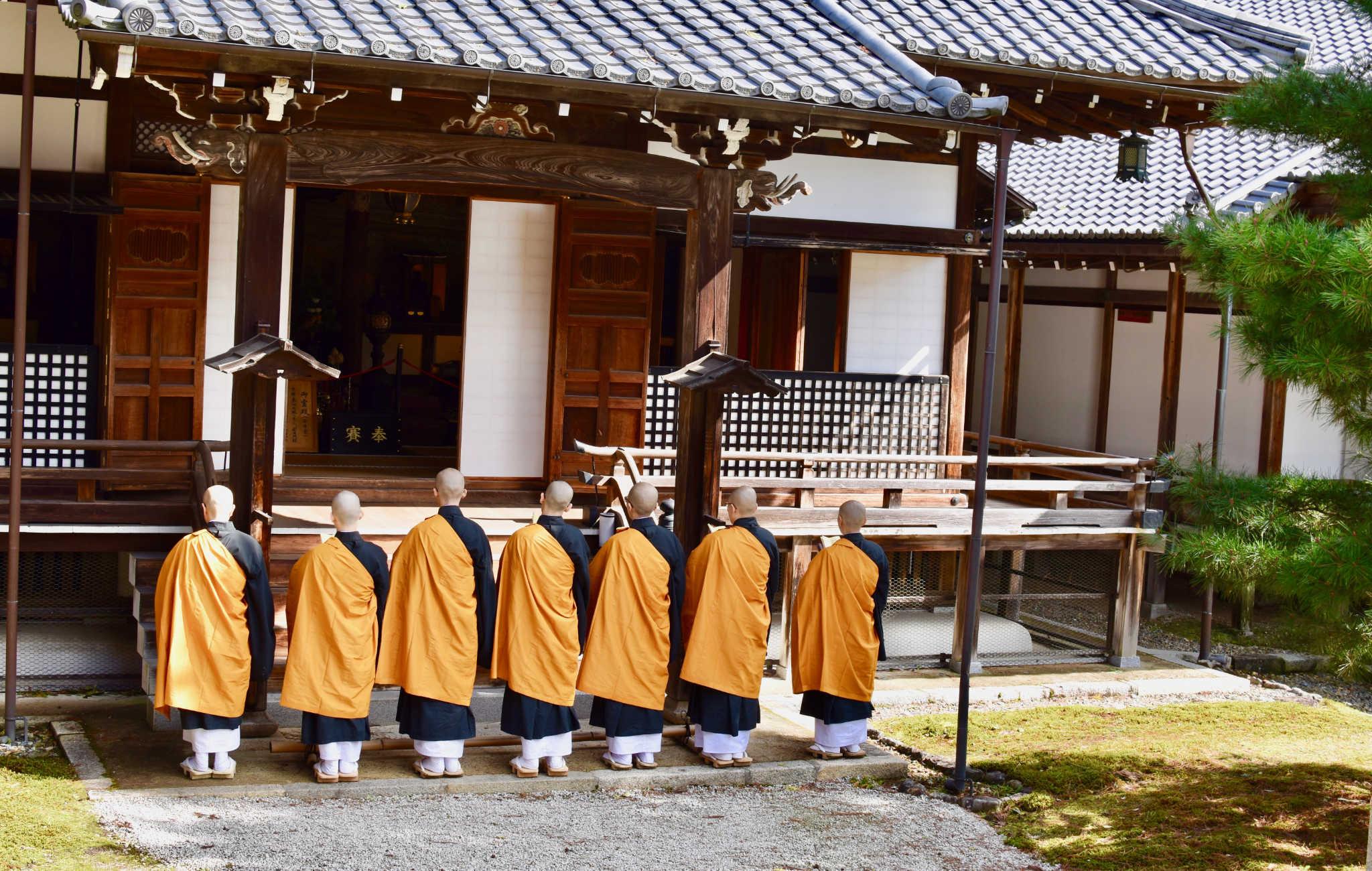 Lors d'une cérémonie bouddhiste, des moines chantent