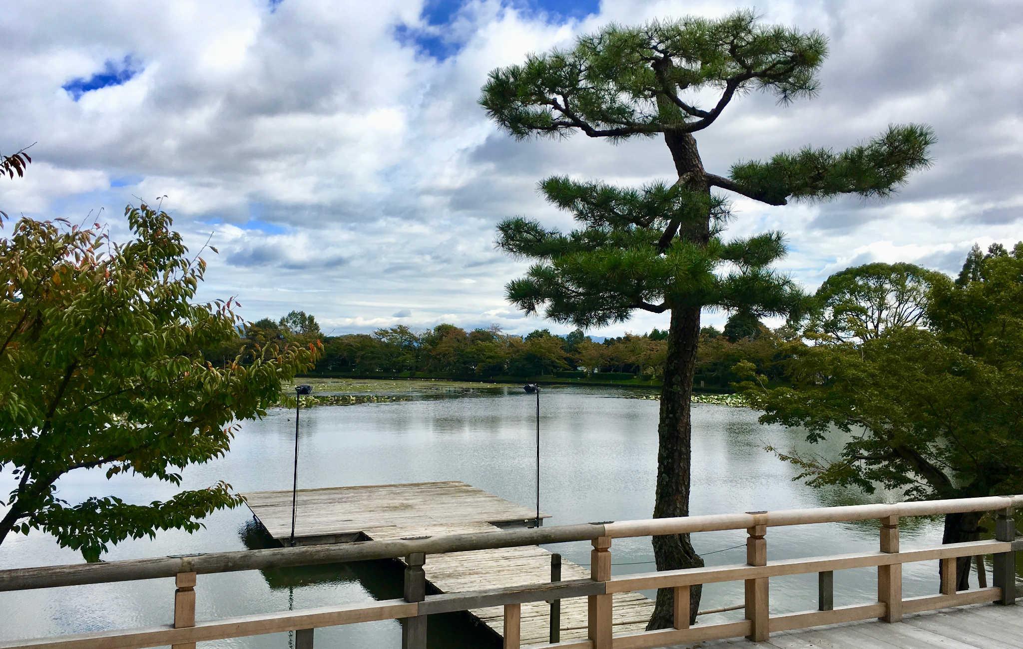 Grand étang à l'arrière du temple