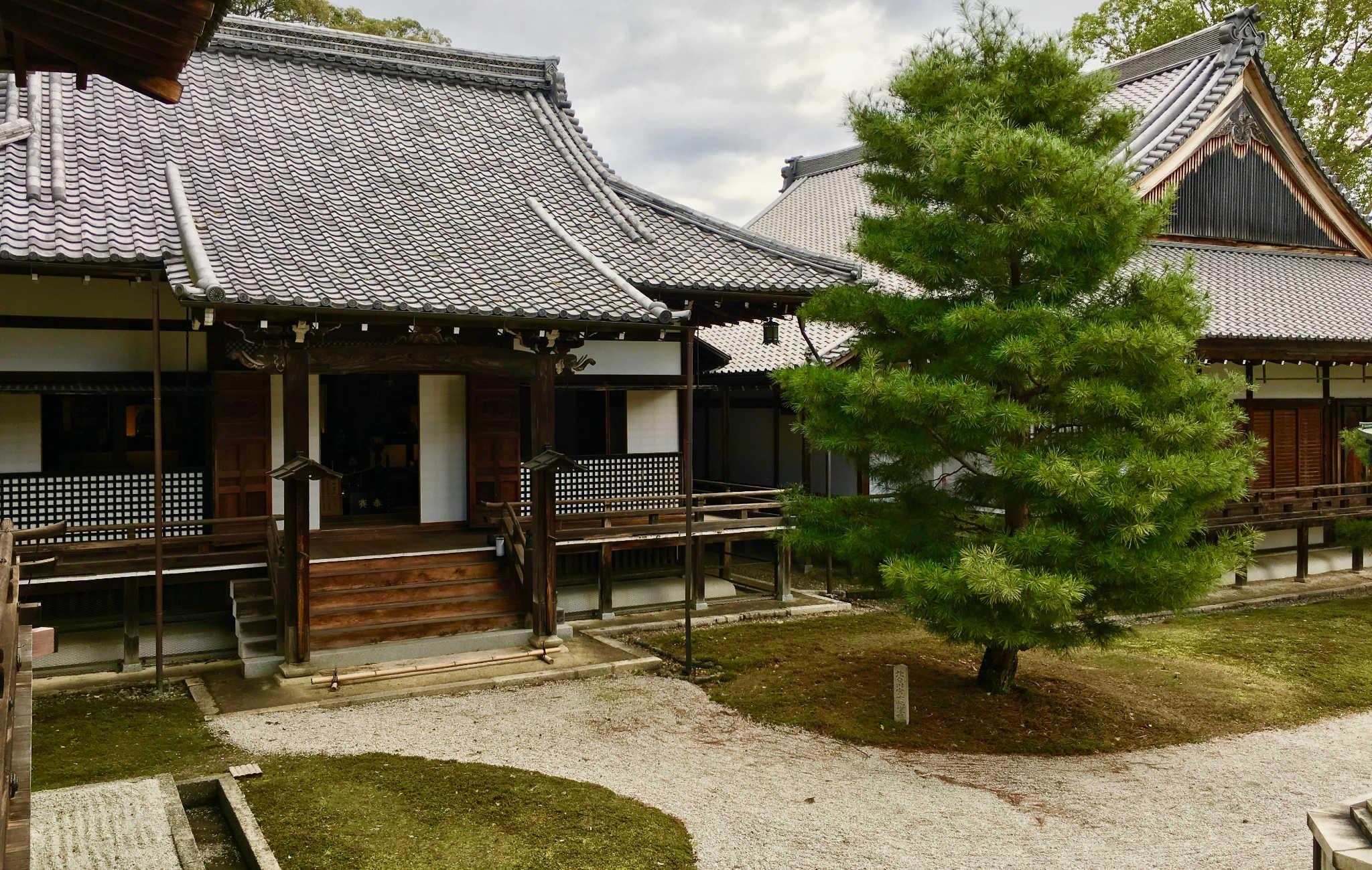 Le temple est constitué de nombreux bâtiments, entre lesquels se trouvent de petits jardins et de magnifiques pins