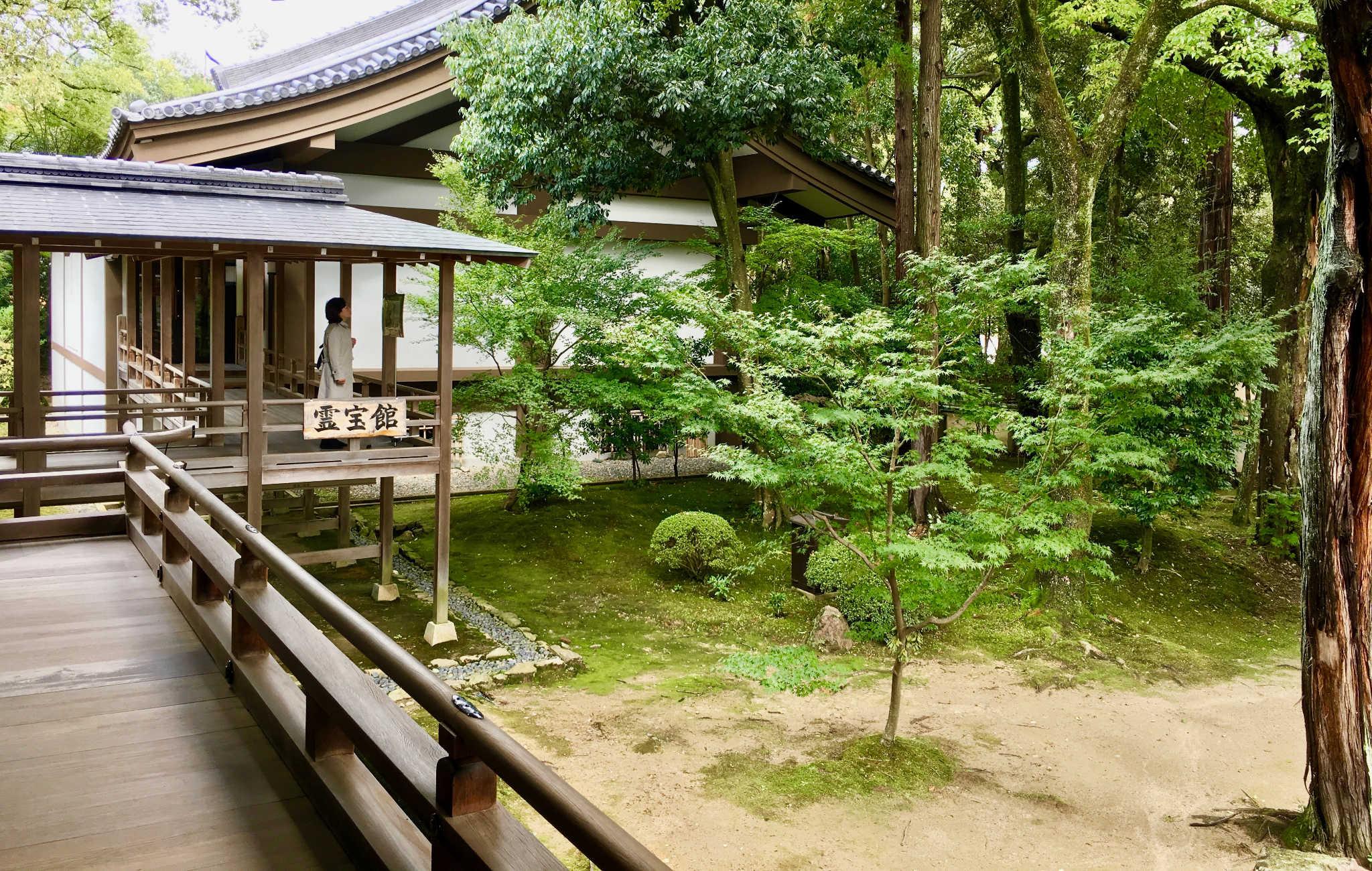 On admire les jardins depuis des coursives en bois