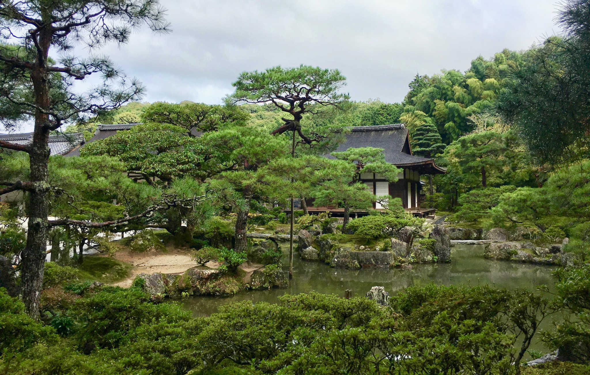 Vue du temple, de l'autre côté du lac