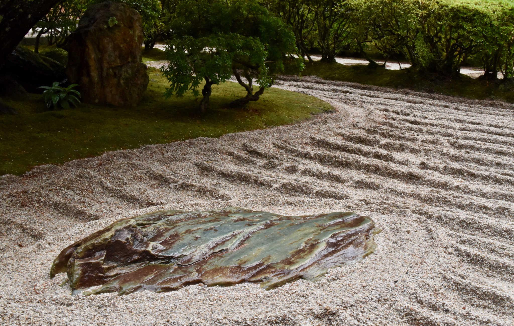 Juste à côté du temple, le jardin sec évolue au fil du temps