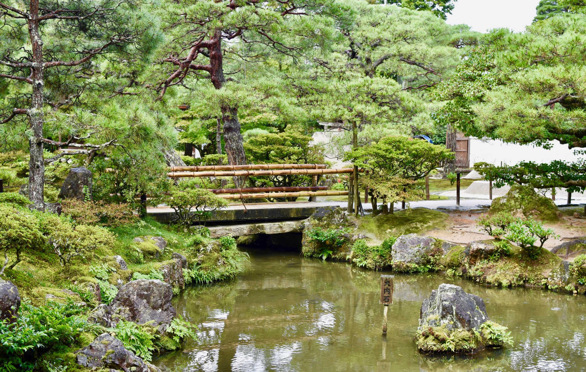 Le circuit autour du temple passe par de nombreux ponts, ruisseaux et lac