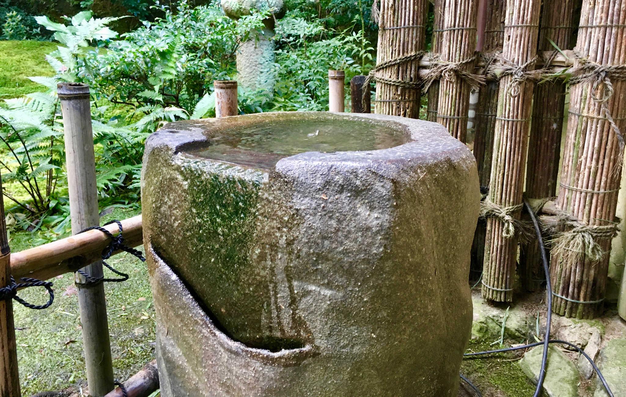Un gros tsukabai taillé dans une roche