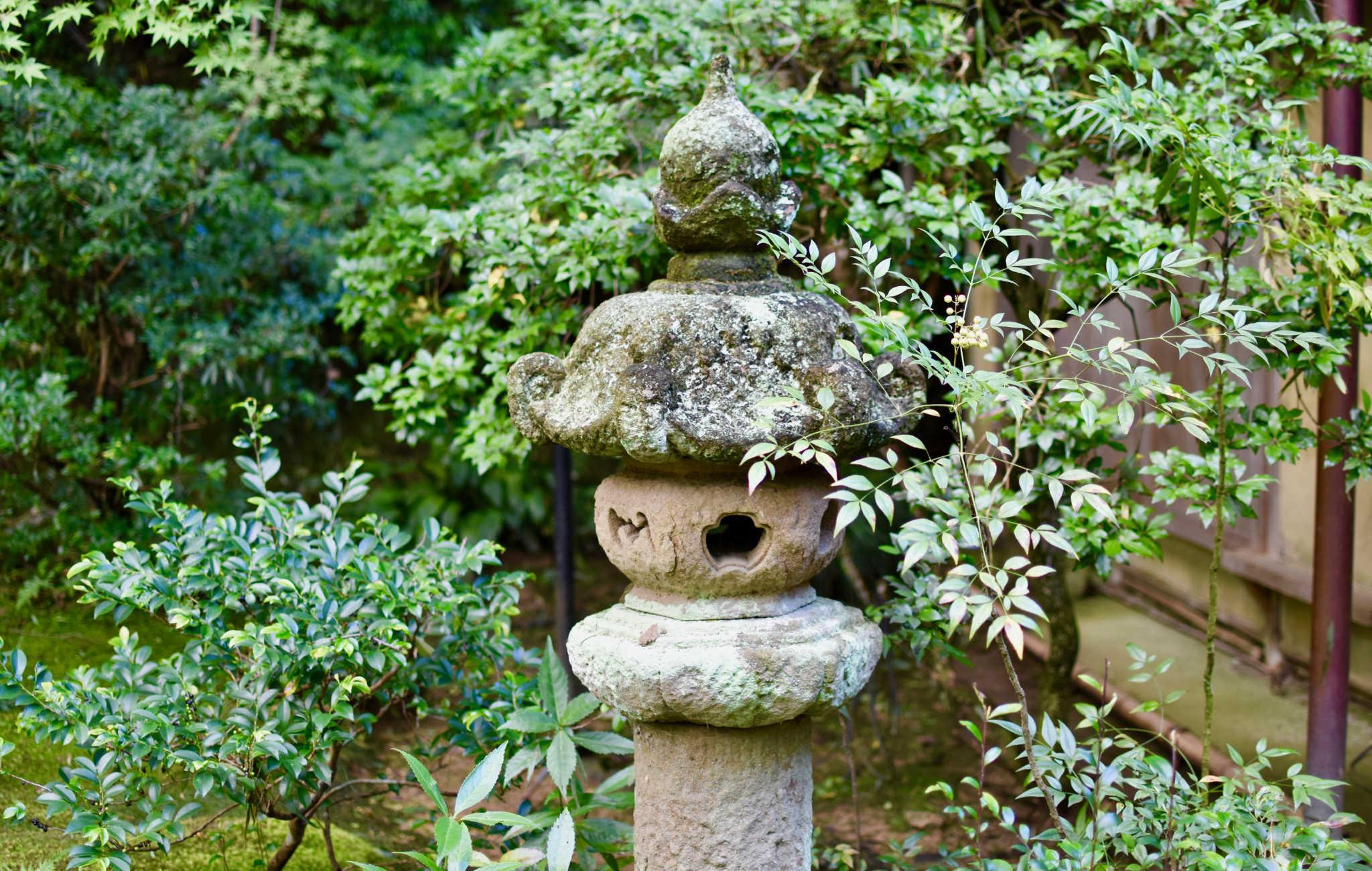 Lanterne de granit avec une jolie patine