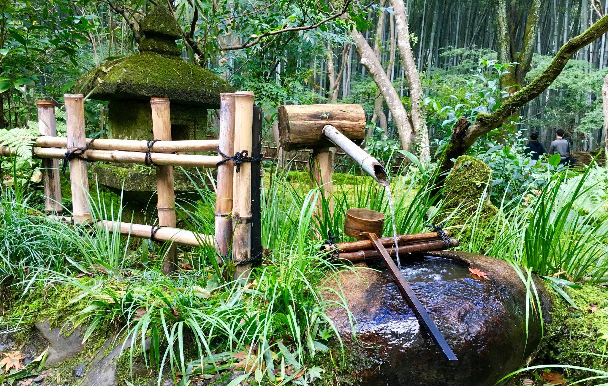 Shishi Odoshi, lanterne, tsukabai et petite clôture en bambou