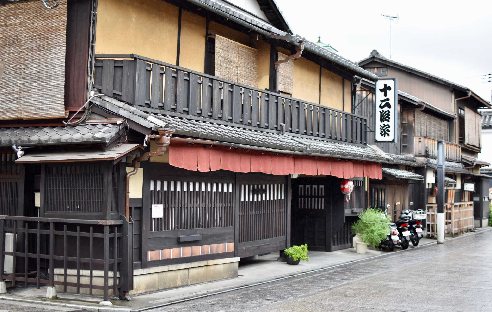 Une des nombreuses maison de thé de la rue