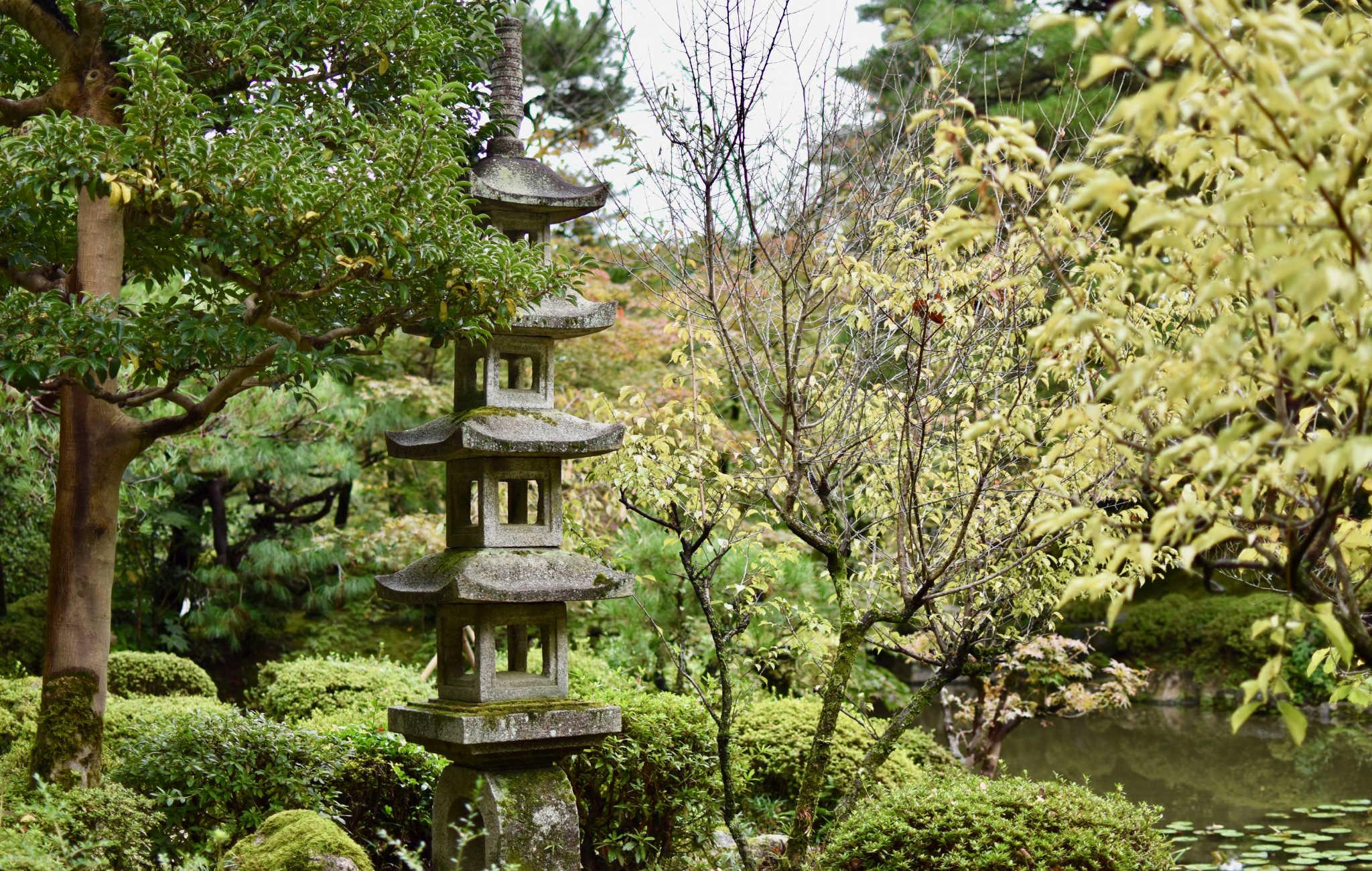 Pagode de granit au milieu des arbres