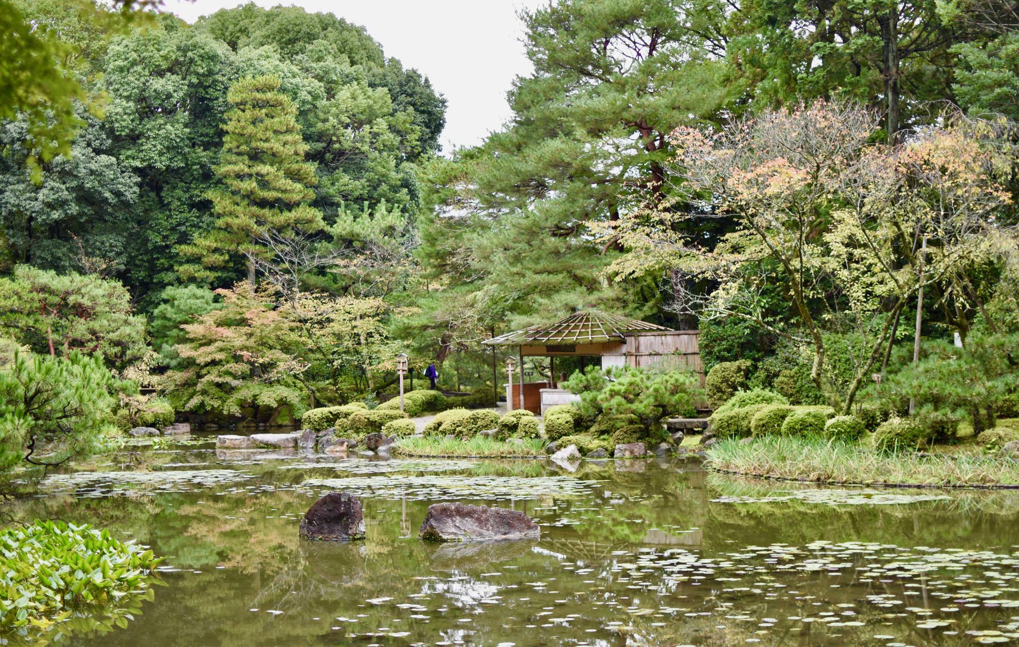 Plusieurs abris permettent de se détendre en bordure du lac et de profiter du paysage