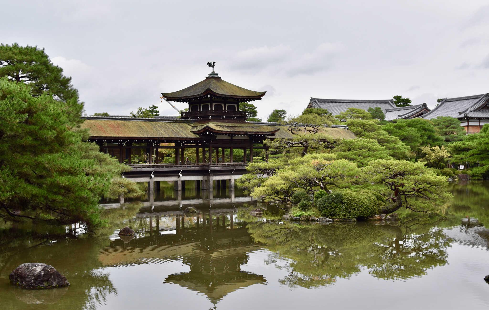 Le pont offre un point de vue unique sur les jardins