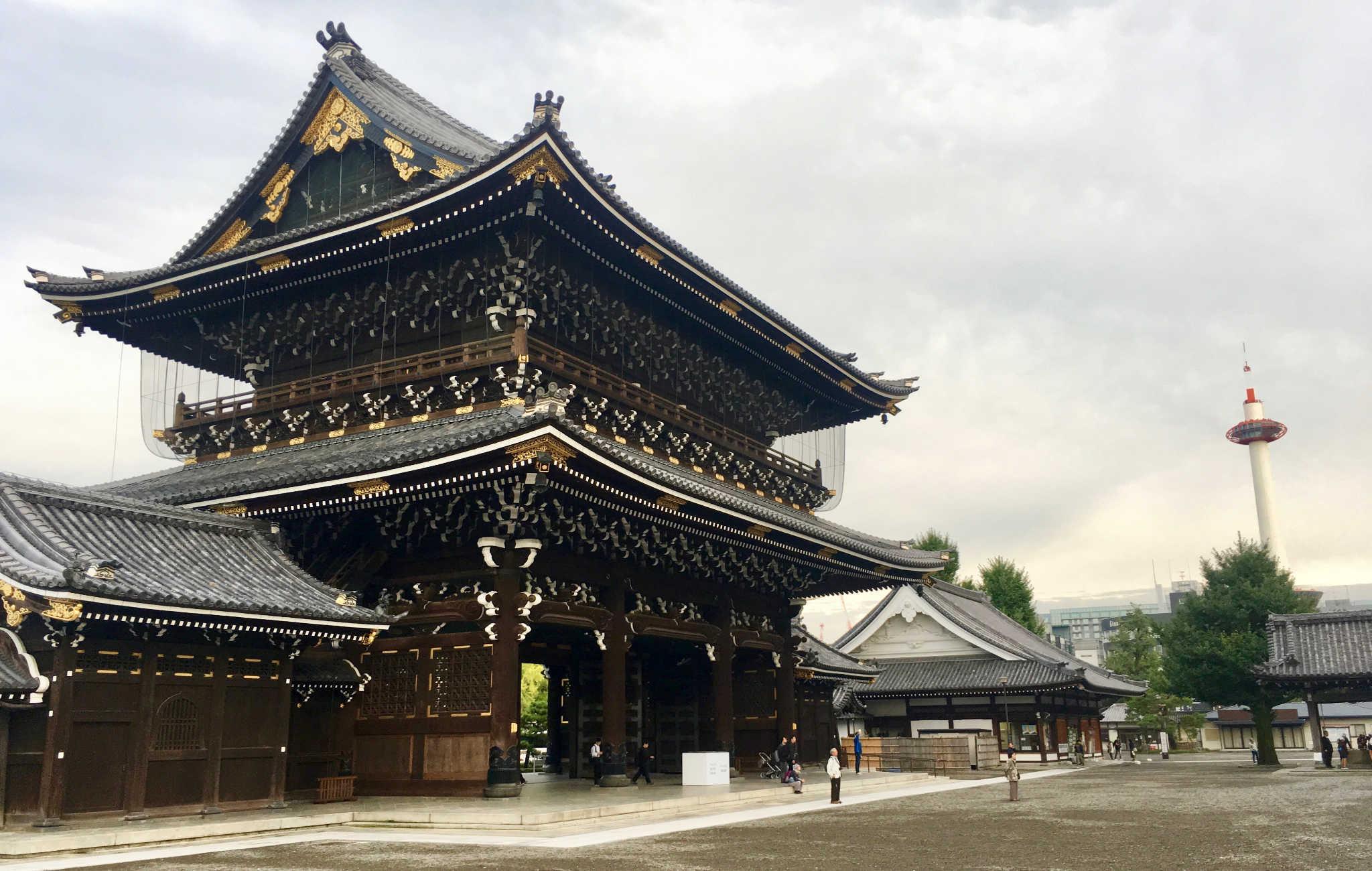 L'impressionnante porte à l'entrée du temple