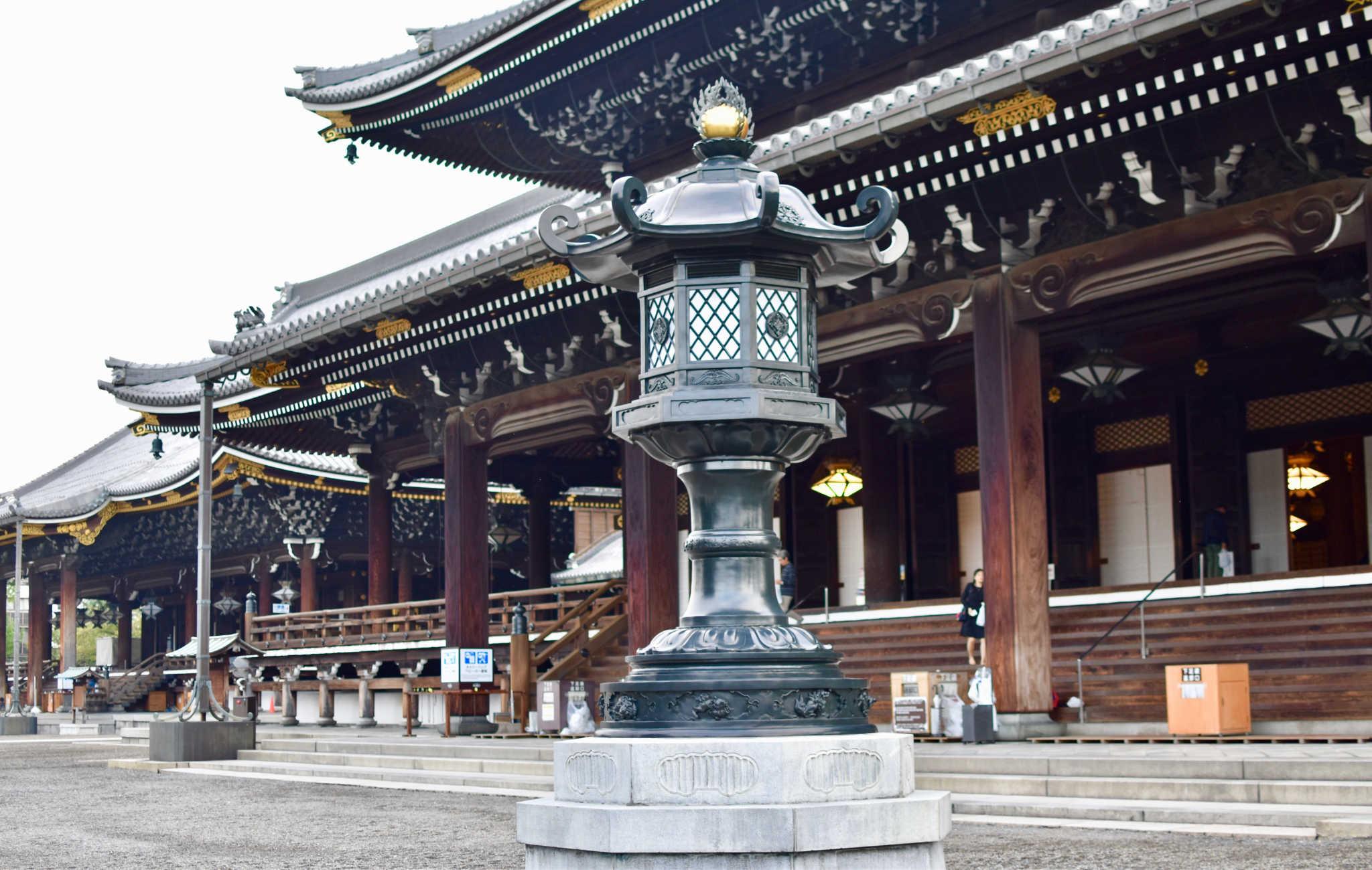 Des énormes lanternes sont disposées dans l'enceinte