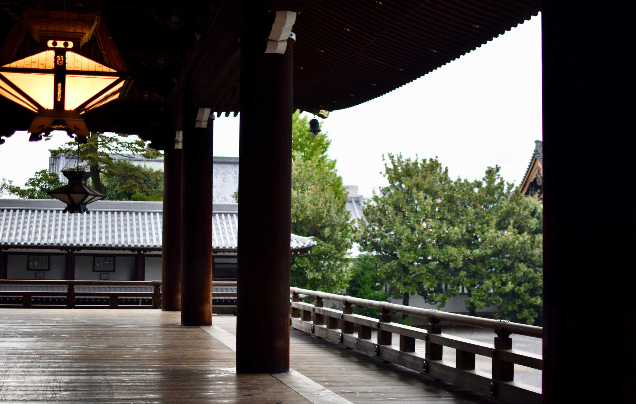 A l'entrée du bâtiment principal, de larges coursives de bois