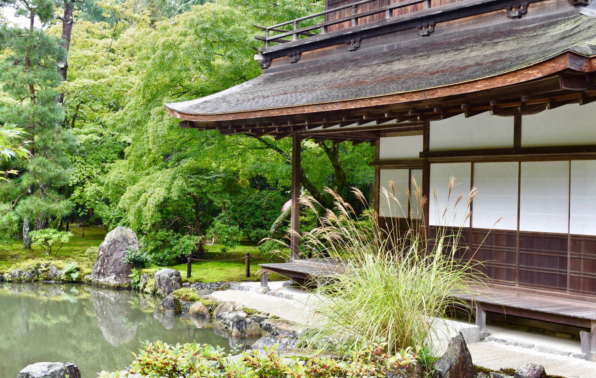 Le Ginkaku-ji et son vaste jardin sont souvent le début de la visite du quartier