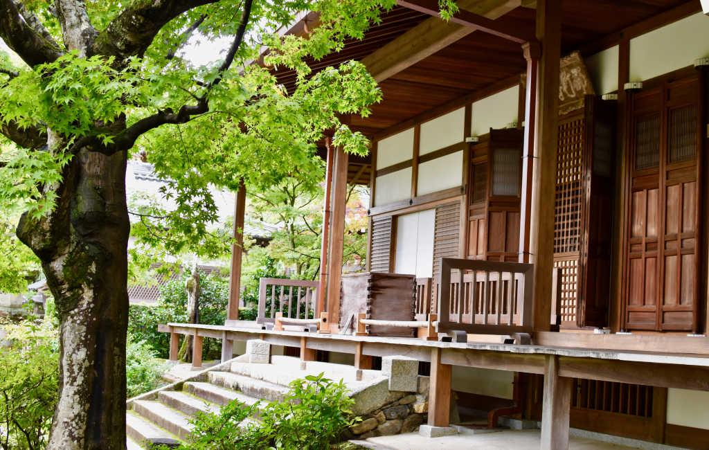 Le temple est composé de plusieurs bâtiments en bois
