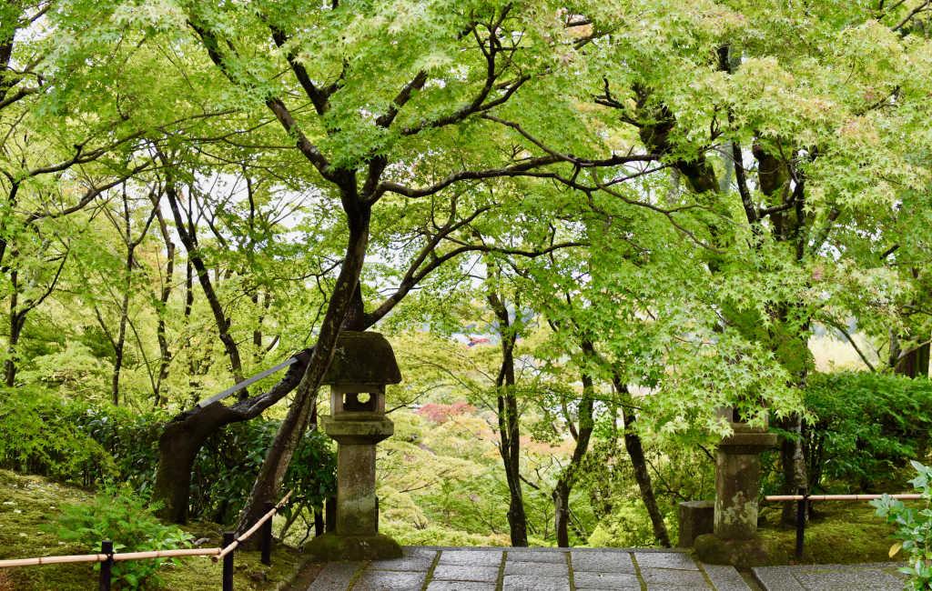 Des lanternes de granit marquent les endroits importants du temple